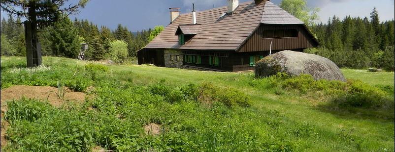 Tradiční šumavská architektura - pavlač v čelním štítu, dřevo, zasazeno do přírody