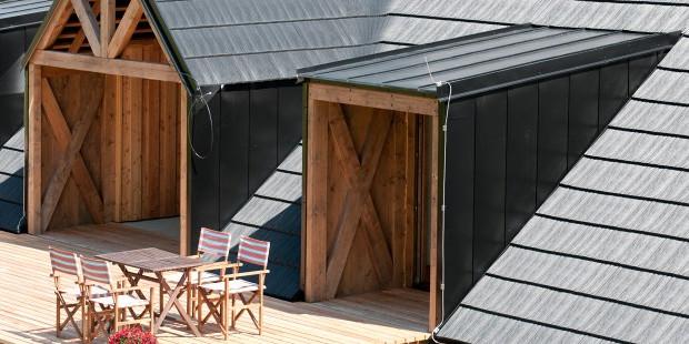 Vstupní prostory evokují dřívější vrata ve střeše, kterými se ukládalo seno přímo do půdy.