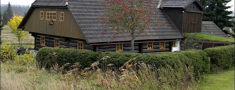 Tradiční šumavská architektura - vrata na seno s nájezdem přímo do střechy